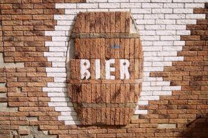 bier, artwork of beer barrel in wall